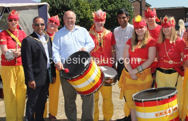 cllr-sandhu-cllr-kite-and-gurvinder-sandher-with-bloco-fogo-at-temple-hill-carnival