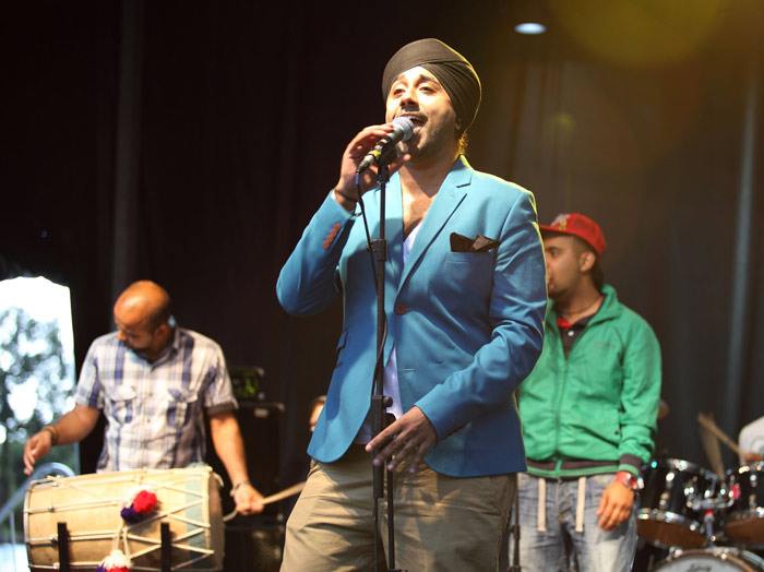 Jassi-Sidhu-performing-at-the-Mela