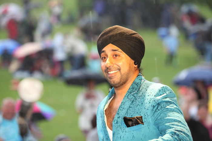 Jassi-Sidhu-performing-in-the-rain-at-the-Mela